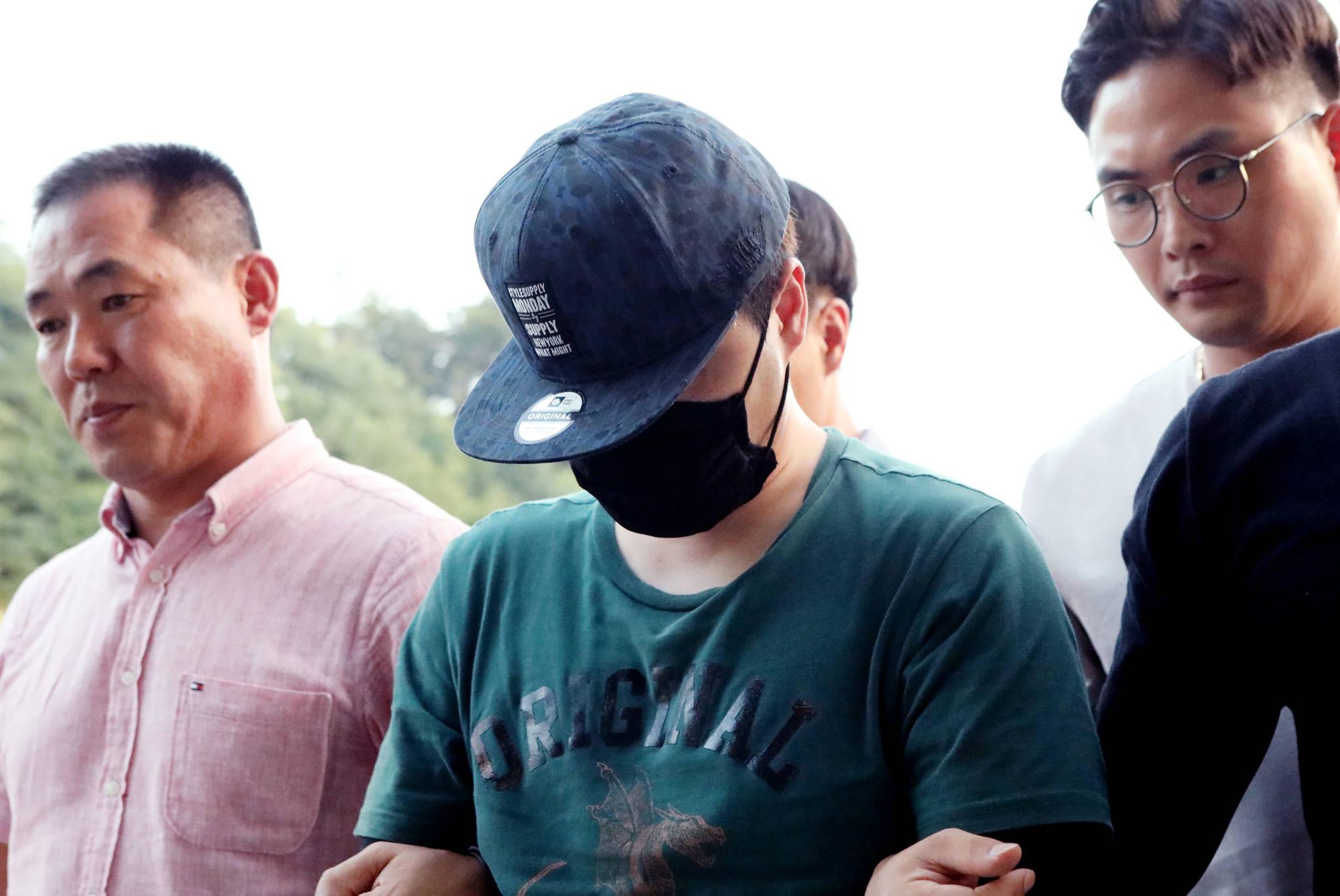 19일 오후 경북 영주 새마을금고 복면강도 용의자 A(36)씨가 영주지역 한 병원 앞에서 검거돼 영주경찰서로 압송되고 있다. [뉴스1]