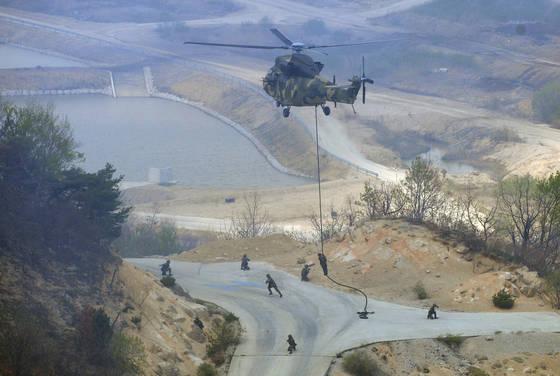 승진과학화훈련장에서 열린 2017년 통합화력 격멸훈련에서 수리온 헬기가 특공대원들을 지상으로 내려주고 있다. [사진 중앙포토]