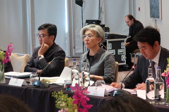 런던에서 공관장회의를 진행하고 있는 강경화 외교부 장관