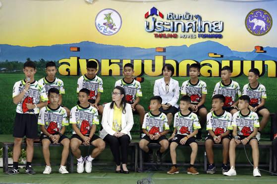 18일 치앙라이 동굴에서 구조된 소년들과 코치가 의료진과 함께 기자회견을 하고 있다. [AP=연합뉴스]
