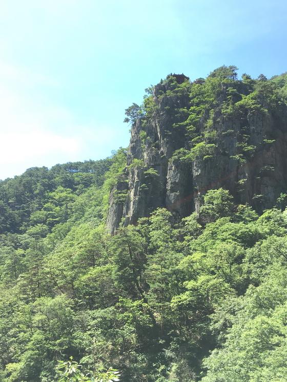 관음폭포 맞은 편 기암절벽 꼭대기의 선일대. [사진 하만윤]