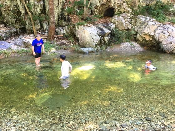 보경사계곡에서 간단히 더위를 식힌다. 계곡 물놀이는 어른도 아이로 만드는 힘이 있다. [사진 하만윤]