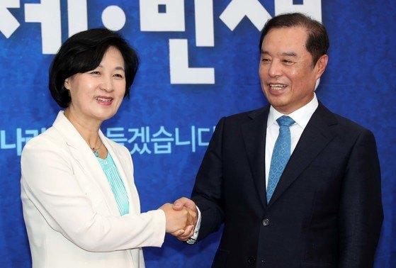 김병준 자유한국당 비상대책위원장이 20일 오전 국회 더불어민주당 대표실을 찾아 추미애 대표를 만났다. 변선구 기자