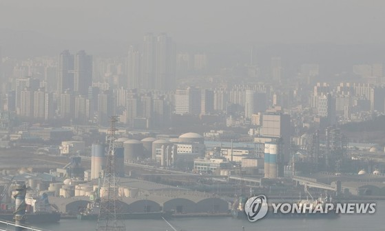 올해 초 미세먼지에 뒤덮인 울산 도심. [연합뉴스]