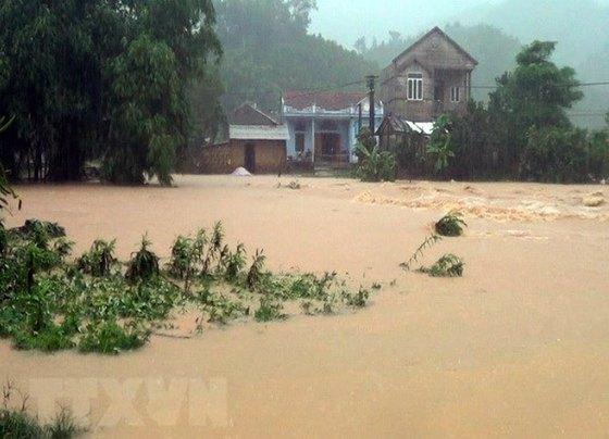 폭우로 물에 잠긴 베트남 중북부 [VNA 캡처=연합뉴스]