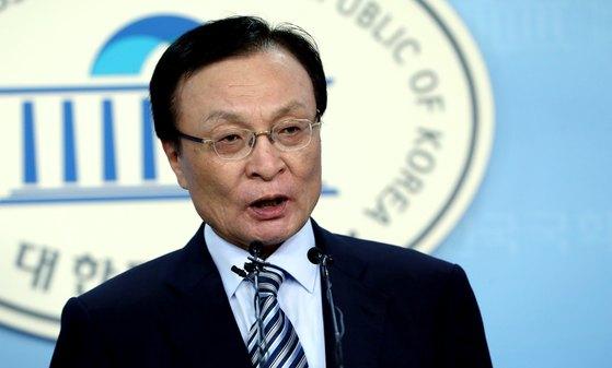 이해찬 더불어민주당 의원이 20일 오후 서울 여의도 국회 정론관에서 당대표 출마 선언을 하고 있다.[뉴스1]