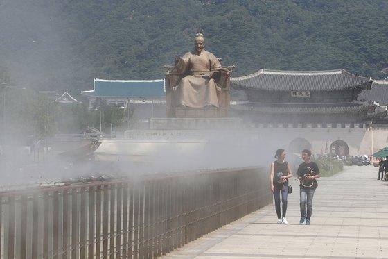 연일 폭염이 이어진 22일 서울 광화문 광장이 한산한 모습을 보이고 있다. 장진영 기자