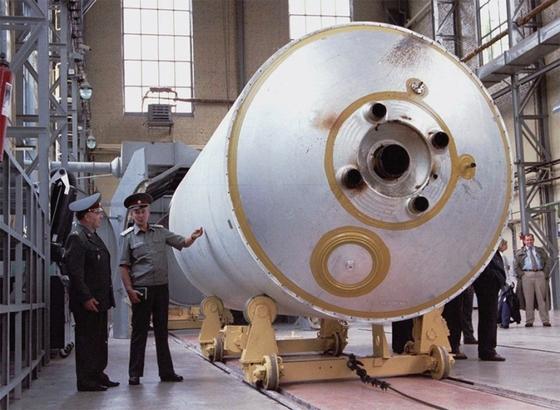 소련 해체 이후 폐기를 앞둔 대륙간 핵미사일 SS-19를 둘러보는 우크라이나의 군 간부들.