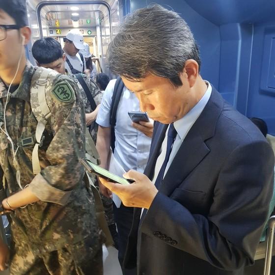 KTX에서 내리기 전, 일정을 확인하는 이인영 더불어민주당 의원