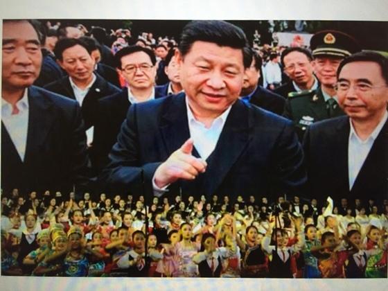 2016년 중국판 걸그룹 '56꽃송이'의 공연에 등장한 시진핑 개인숭배 화면 [중앙포토]