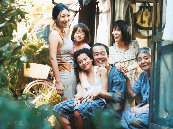 올해 칸국제영화제 황금종려상을 받고도 일본 우익의 '악플'에 시달린 고레에다 히로카즈 감독의 신작 영화 '어느 가족'(26일 개봉). 가족이 붕괴된 현대 일본 사회에서 가족의 의미를 되묻는 영화다.[사진 티캐스트]