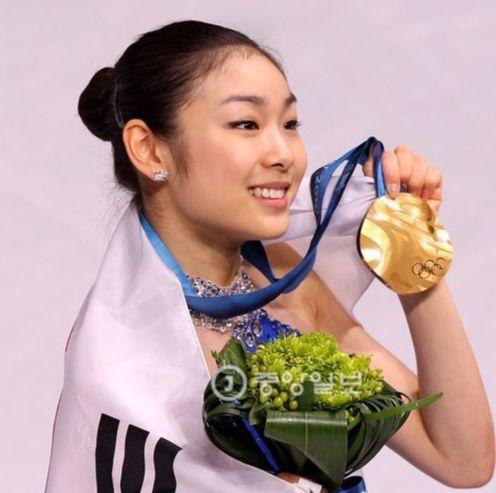 제이에스티나는 2010년 밴쿠버 겨울 올림픽에서 김연아가 금메달을 획득할 당시 그의 의상과 프로그램 컨셉트에 맞는 티아라와 귀걸이를 특별 제작해 화제가 됐다. 임현동 기자