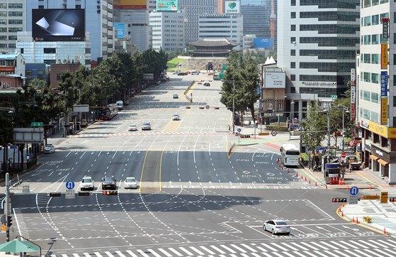 전국 대부분 지역에 폭염특보가 내려진 22일 오전 서울 광화문 일대 도심이 텅 비어 있다. [뉴스1]