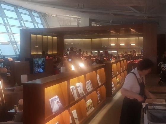 인천공항 1터미널에 있는 아시아나항공 라운지가 이용객들로 붐빈다.함종선 기자