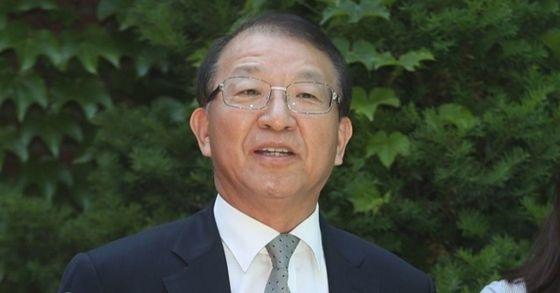 양승태 전 대법원장이 1일 오후 경기도 성남시 자택 인근에서 재임 시절 일어난 법원행정처의 '재판거래'파문과 관련해 입장을 밝히고 있다. [연합뉴스]