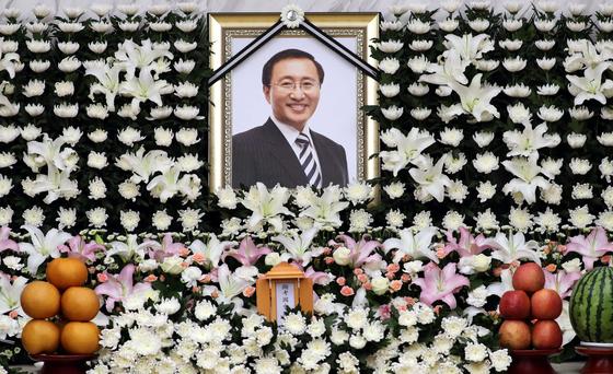 故 노회찬 정의당 원내대표의 빈소가 마련된 23일 오후 서울 서대문구 연세대 세브란스병원 장례식장에 고인의 영정이 놓여 있다. [뉴스1]