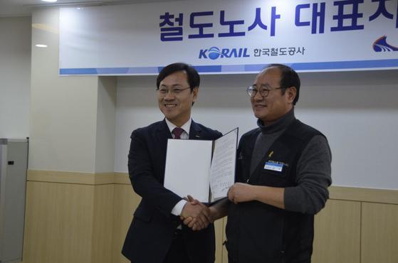 오영식 코레일 사장(왼쪽)과 강철 전국철도노조 위원장. [사진 코레일]