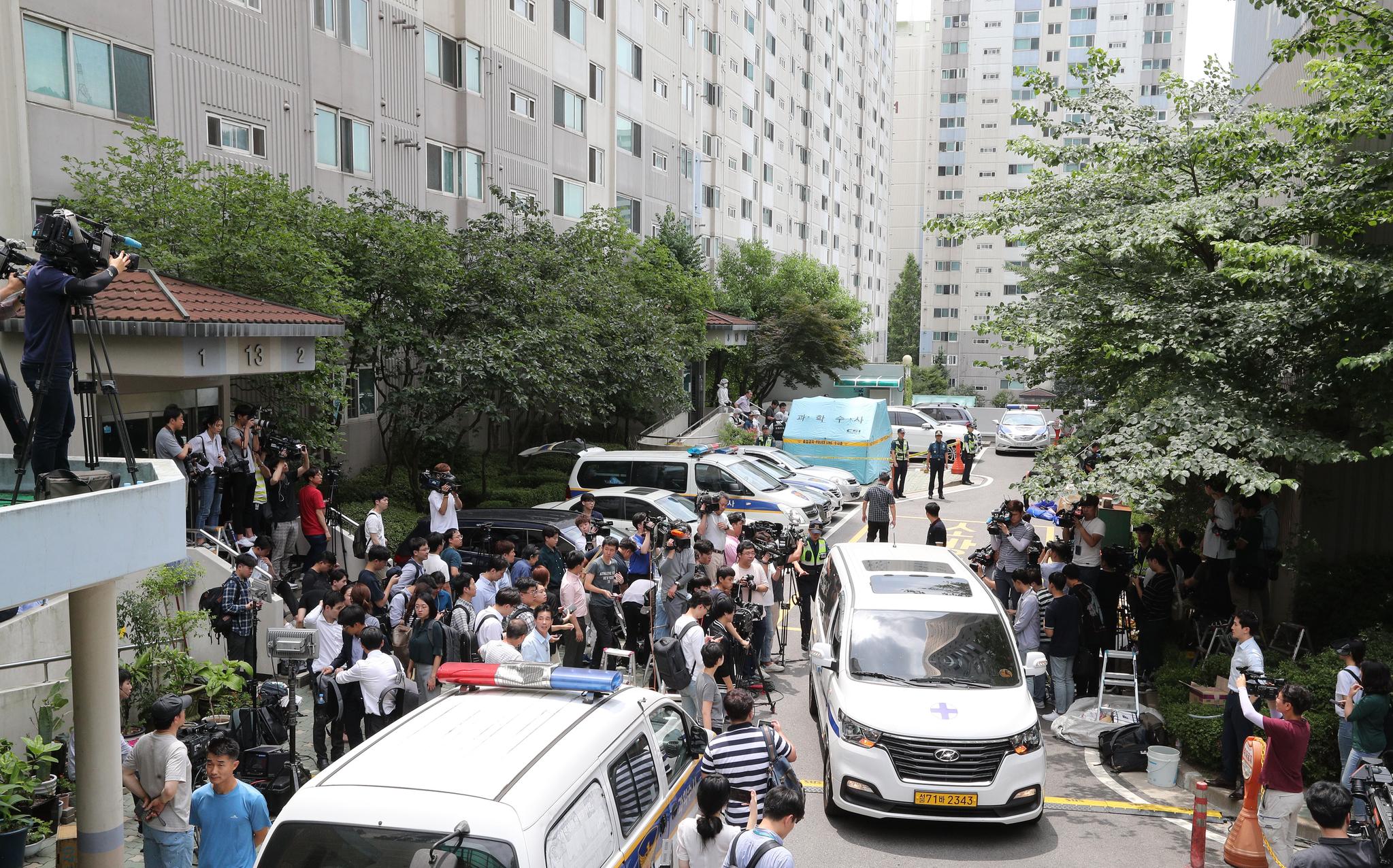 노회찬 원내대표의 시신을 실은 구급차가 현장을 떠나고 있다. 임현동 기자
