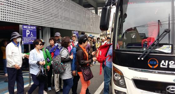 문산자유시장 앞에서 '문산자유시장 DMZ관광'에 나선 손님들이 관광버스에 오르고 있다. [사진 파주시]