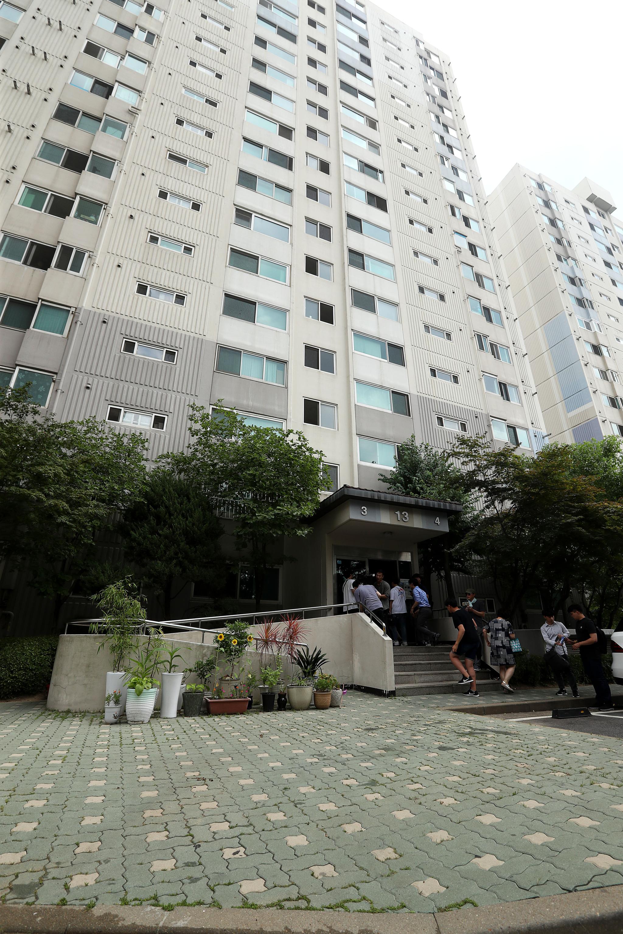 23일 노회찬 원내대표가 투신한것으로 알려진 서울 중구 한 아파트에서 취재진들이 촬영을 하고 있다. 장진영 기자