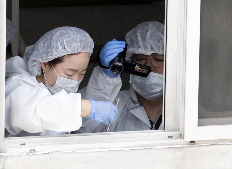 23일 정의당 노회찬 원내대표가 투신 사망한 것으로 알려진 서울 중구 한 아파트에서 감식원들이 현장조사를 하고 있다. [연합뉴스]
