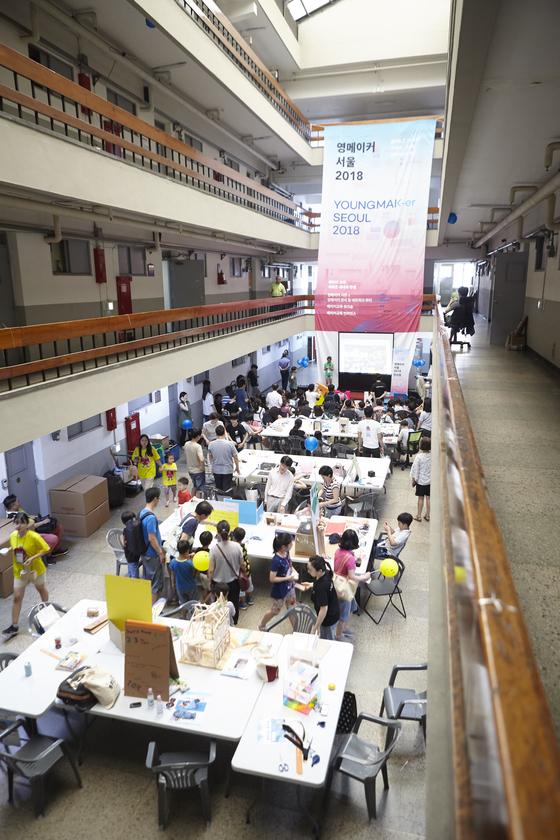 영메이커 서울 2018이 서울 종로구 세운상가 일대에서 열렸다. 자동 창문, 길이가 조절되는 젓가락 등 10주간 다양한 프로젝트에 도전한 120여 팀이 참가했다.