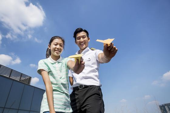 최슬아(왼쪽) 학생기자가 김영준 종이비행기 멀리날리기 국가대표를 만나 종이비행기에 담긴 과학 원리와 여러 가지 종류의 종이비행기 접는 법을 배웠다.