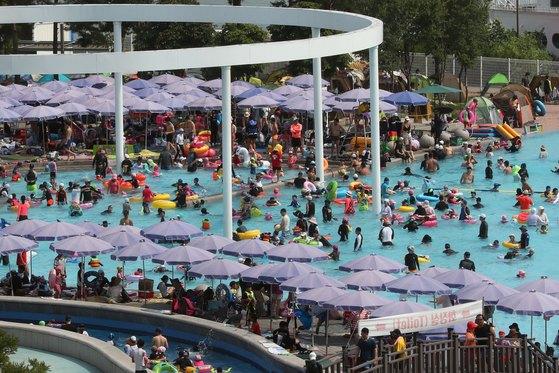 22일 오후 서울 성동구 뚝섬 수영장을 찾은 시민들이 물놀이를 즐기고 있다. 장진영 기자.