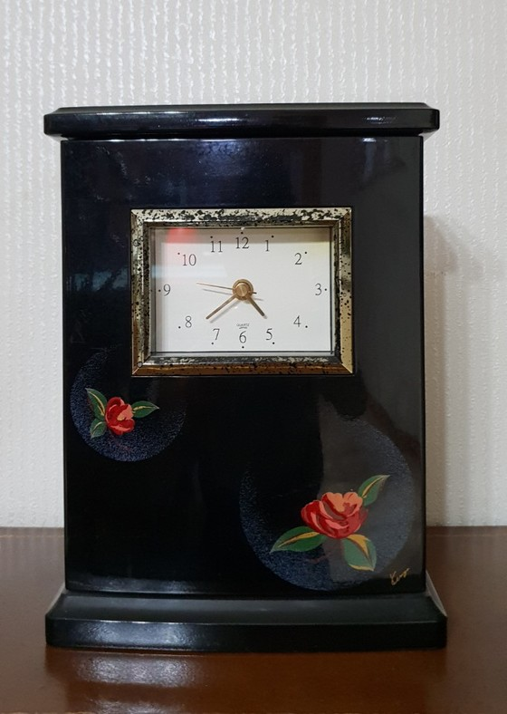 남편의 정년퇴직 때 학생들이 마음을 모아 선물한 시계. 15년 전 남편이 돌아가시던 해에 시곗바늘도 함께 멈춰버렸지만, 여전히 내방 한쪽에서 예쁜 모습을 간직하고 있다. [사진 김길태]