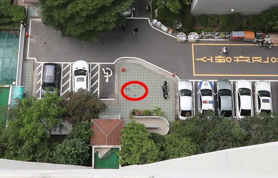 노회찬 정의당 원내대표가 23일 서울 중구 한 아파트 17~18층 계단에서 몸을 던져 사망했다. 이 아파트 18~19층에서 바라본 사건현장. 빨간 원이 노 원내대표가 떨어진 자리다. 임현동 기자