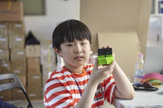 자동으로 사진 찍는 로봇을 만든 김동환(서울 신목초 4) 영메이커.