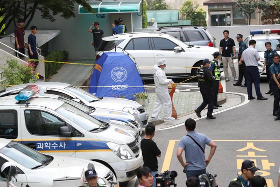 23일 오전 정의당 노회찬 원내대표가 투신 사망한 것으로 알려진 서울 중구 한 아파트에서 경찰 과학수사대원들이 조사하고 있다. [뉴스1]