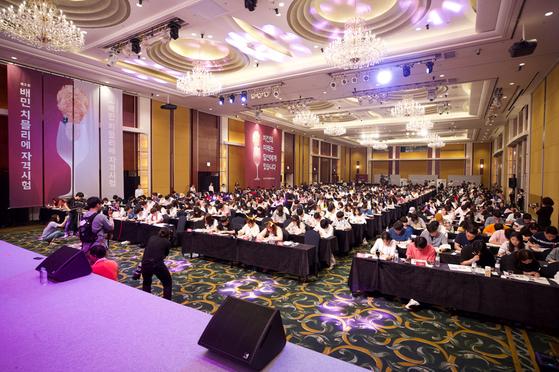 22일 오후 서울 잠실 롯데호텔에서는 '치믈리에'(치킨 최고 미각자)를 선발하는 대회가 열렸다. 이 대회에 응시한 사람은 57만 명이다. 이중 예선을 통과한 사람 중 무작위로 선정한 500명이 이날 대회에 참가했다. [우아한형제들]