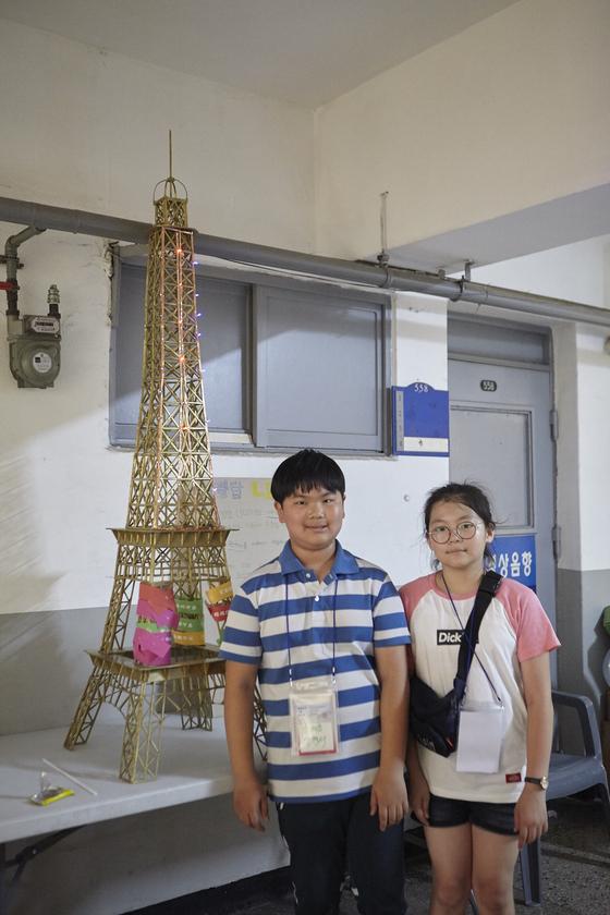 안시연 ・ 양현서(서울 숭례초 6) 영메이커는 나무젓가락을 사용해 에펠탑 LED등을 만들었다.