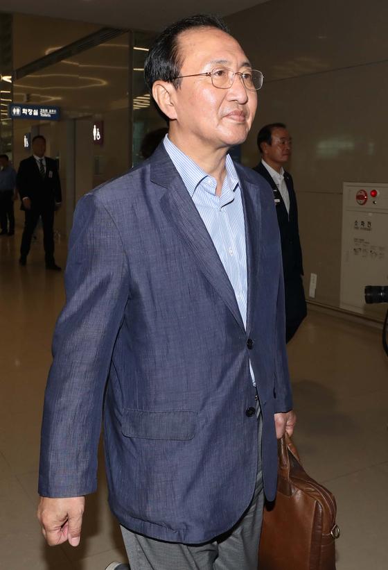 노회찬 정의당 원내대표가 22일 오후 인천국제공항으로 귀국하고 있다. [뉴시스]