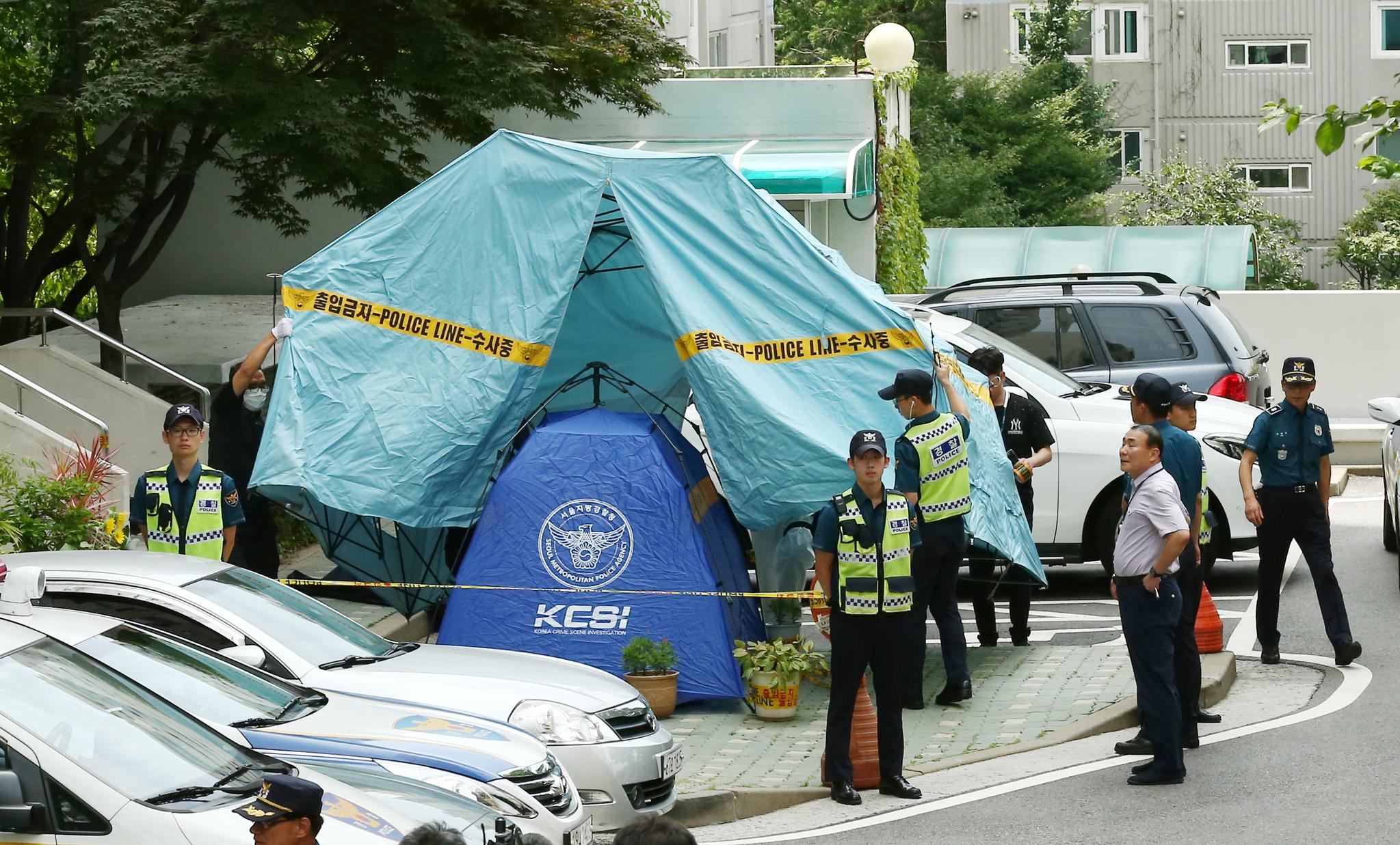 23일 경찰이 시신이 있는 작은 텐트위로 큰 천막을 치고 있다. 임현동 기자