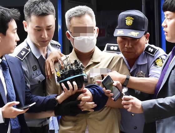 댓글조작 의혹 관련 드루킹 김모씨가 조사를 받기 위해 28일 오후 서울 서초구 특검 사무실로 출석하고 있다. [연합뉴스]