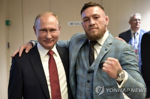 격투기 스타 맥그리거(오른쪽)와 푸틴 [AFP=연합뉴스]