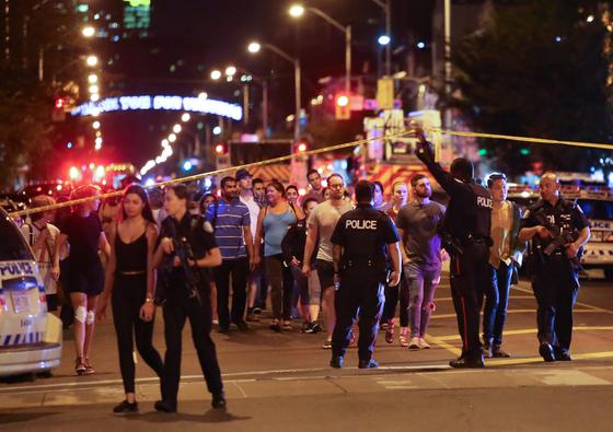23일(현지시각) 권총 난사가 벌어진 토론토 그릭 지구의 현장. [로이터=연합]
