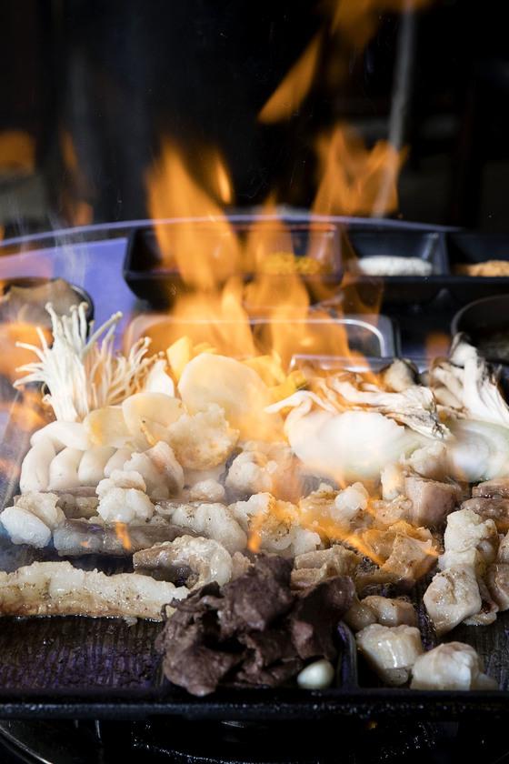 마지막 단계에서 불판 위에 술을 부어 일으킨 불로 윗부분을 바삭하게 굽는 '대한곱창'의 모둠곱창. [장진영 기자]