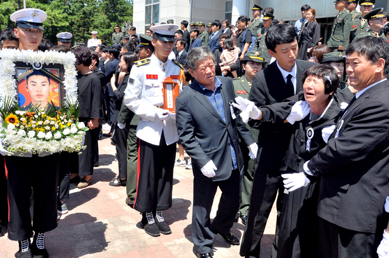 마린온 헬기 사고로 순직한 장병들의 합동 영결식이 23일 오전 경북 포항 해병대 1사단에서 거행됐다. 이날 영결식에서 유가족들이 오열하고 있다. [뉴스1]