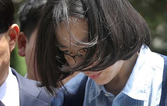 필리핀 출신 가사도우미를 불법으로 고용했다는 의혹을 받는 조현아 전 대한항공 부사장이 24일 조사를 받기 위해 법무부 산하 서울출입국외국인청으로 들어서고 있다. 오종택 기자