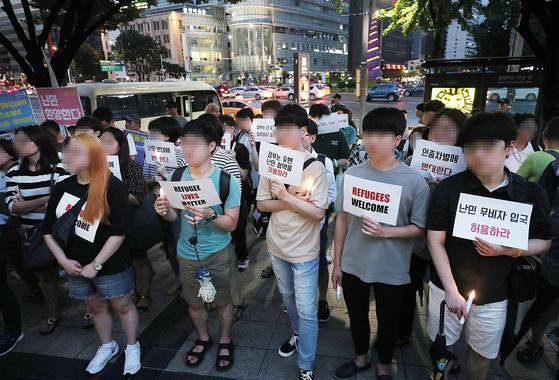 지난달 30일 서울 종로구 세종로에 모인 시민들이 난민 협약 이행을 촉구하고 있다. [연합뉴스]