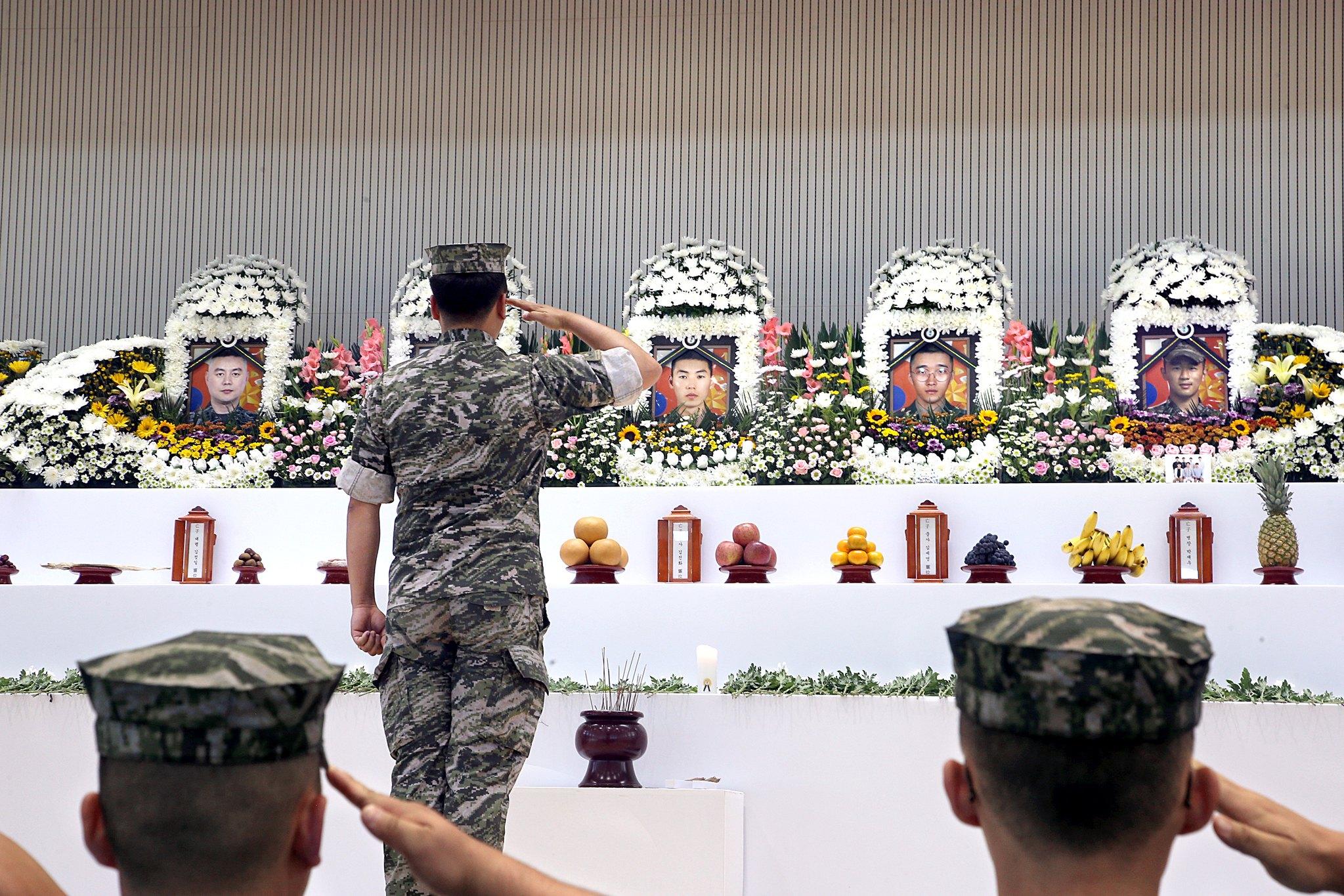 22일 합동분향소를 찾은 해병대 동료들이 조문하고 있다. [연합뉴스]