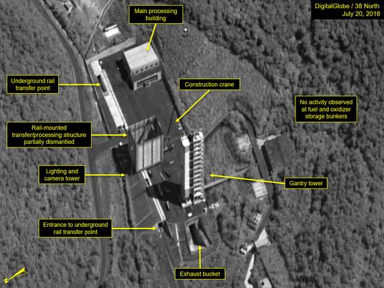 지난 20일 촬영된 북한 동창리 서해위성발사장의 모습. 발사 직전 발사체를 조립하는 궤도식(rail-mounted) 구조물과 액체연료 엔진 개발을 위한 로켓엔진 시험대 등의 철거가 시작된 것을 볼 수 있다. 중앙 좌측에 궤도식구조물 빌딩이 보인다. [38노스]