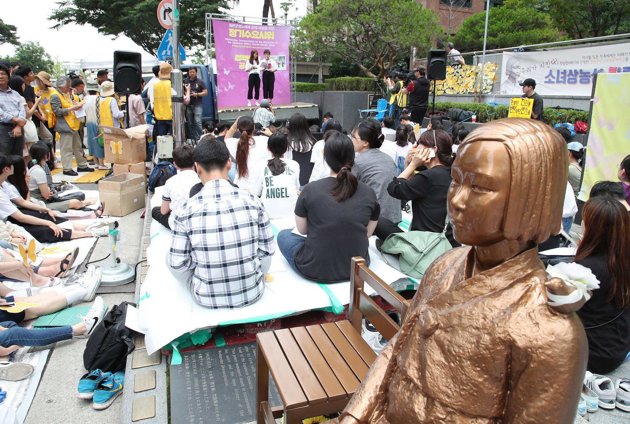 지난달 서울 종로구 중학동 일본대사관 앞에서 제1341차 일본군 성노예 문제 해결을 위한 정기시위가 열리고 있다. [연합뉴스]