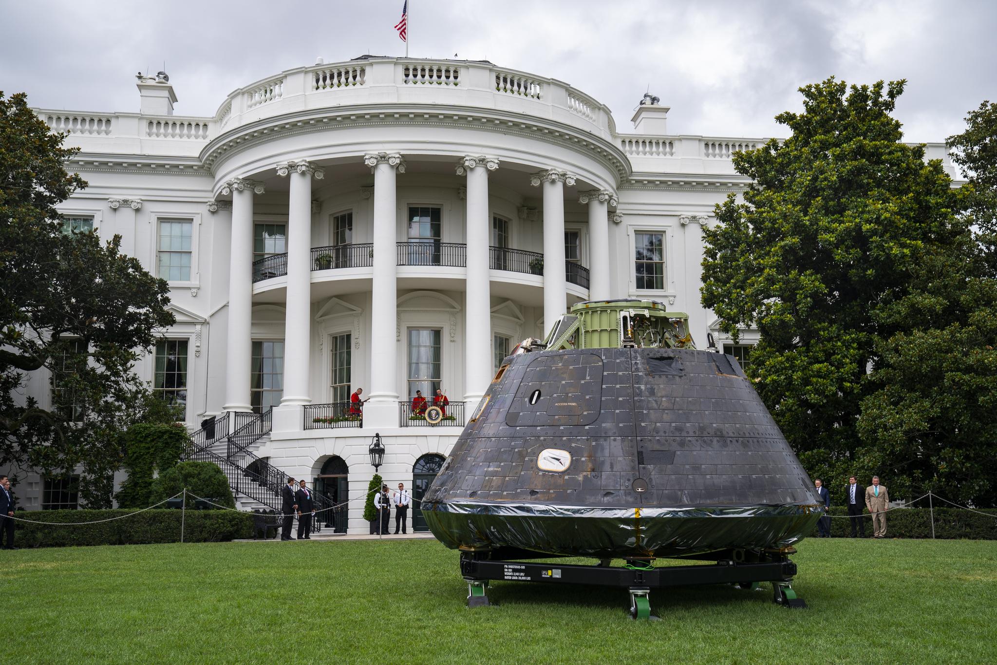 23일(현지시간) 미국 백악관 마당에 미 항공우주국(NASA)의 달과 화성 탐사에 쓰이는 우주탐사장비인 오리온 우주선 모델이 전시돼 있다. [EPA=연합뉴스]