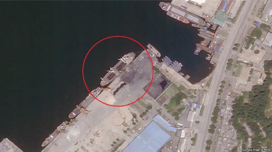 지난 16일 북한 원산항을 촬영한 위성사진. 석탄 적재를 위한 노란 크레인 옆에 약 90m 길이의 선박이 정박해있다. [연합뉴스]
