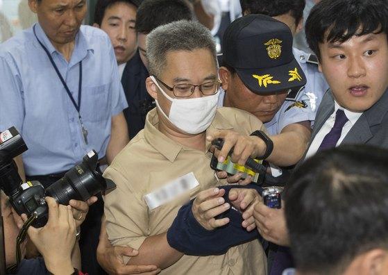'드루킹' 김모씨가 28일 오후 첫 대면조사를 위해 서울 강남구 드루킹 특검 사무실로 소환되고 있다. 특검팀은 김경수 경남지사 당선인과의 공무 여부 등을 집중 캐물을 것으로 알려졌다. 김모씨는네이버 기사 댓글의 공감 수 조작과 관련된 혐의(업무방해)로 재판에 넘겨졌다. [뉴스1]