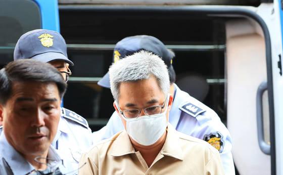 네이버 댓글 여론조작 혐의를 받는 '드루킹' 김동원 씨가 서울 서초동에 마련된 특검 사무실로 소환되는 모습. [연합뉴스]